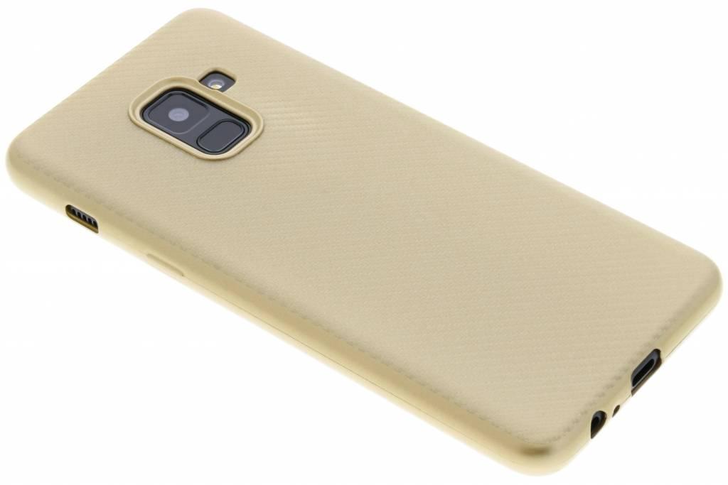 Goud Carbon siliconen hoesje voor de Samsung Galaxy A8 (2018)