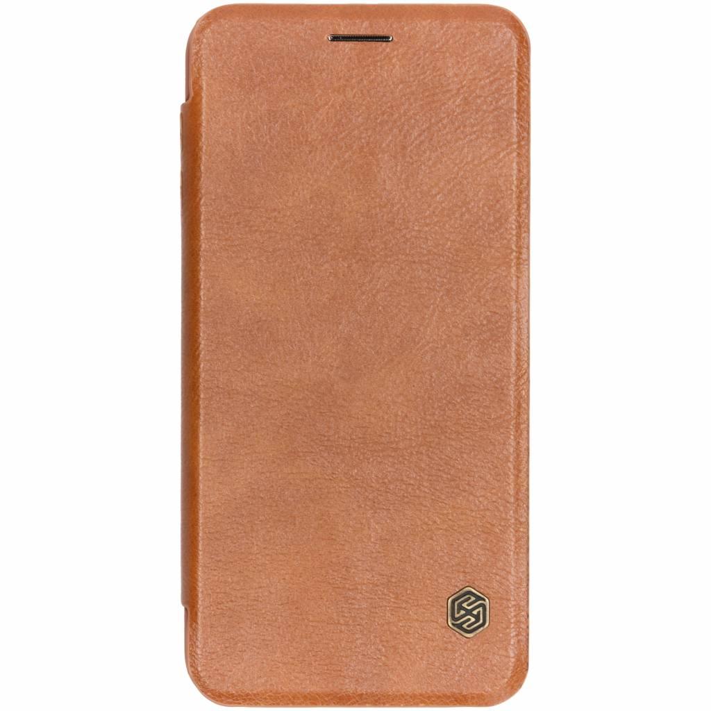 Nillkin Bruine Qin Leather slim booktype voor de Samsung Galaxy J6