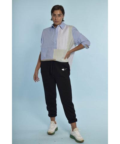 Munthe blouse met IRO broek en Essentiel Antwerp sneakers