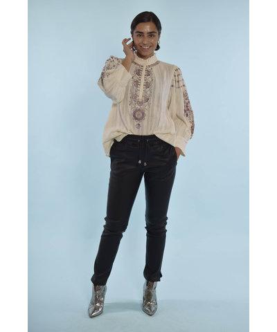 Leuke Antik Batik blouse met een basic zwarte broek