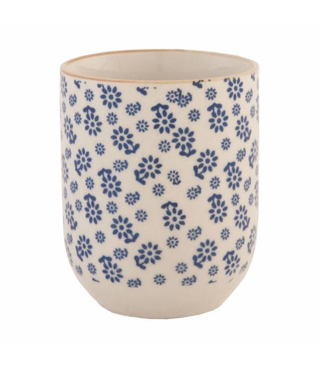 Becher mit blauen Blumenmotiv
