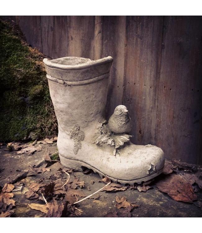 Gartenstiefel aus Stein für den Landhausgarten
