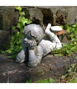 Träumender Junge Julian - Steinfigur für den Landhaus-Garten