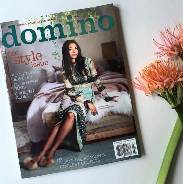Una mirada a la hermosa habitación de la estilista Aurora James en la portada de Domino Magazine