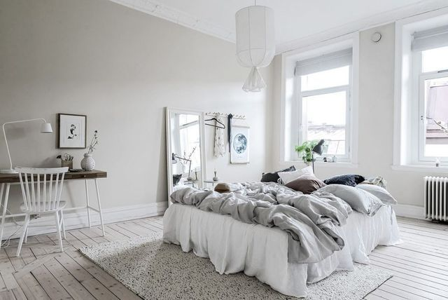 Dream a way about places far and away.. in this pure white bedroom styled with naturel materials. Vu sur Gravity Home