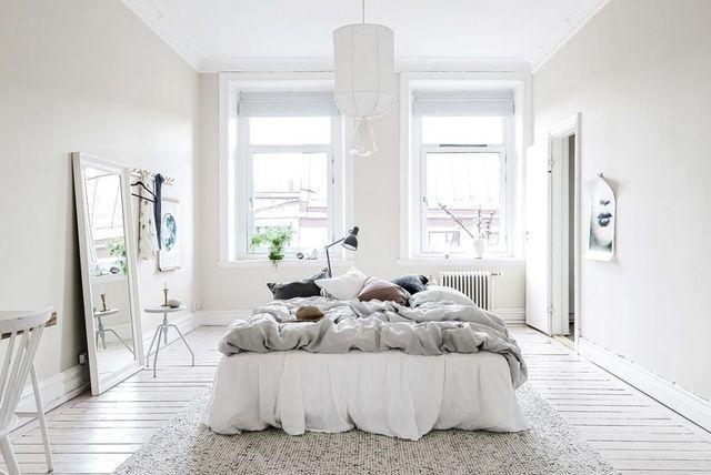 Nous rêvons de voyages lointains aujourd'hui...via cette chambre à coucher pure et claire aux éléments naturels. Vu sur Gravity Home.