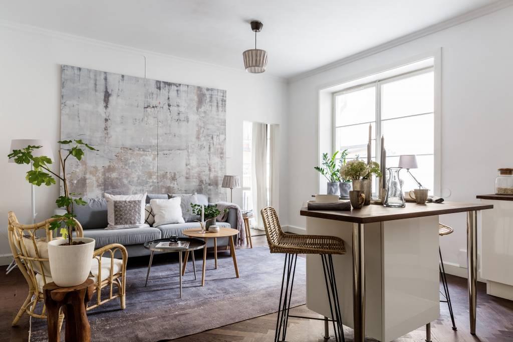 Une chaise lounge en bambou, des tabourets en rotin et en bois brut, apportent un design Scandinave tout en harmonie dans cette salle à manger.