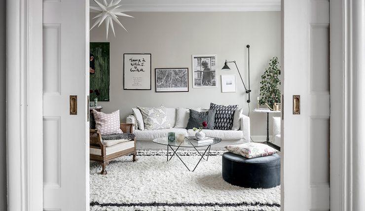 Une base scandinave, des meubles Vintage et Rétro, un papier-peint fleuri, des élements ethniques et une touche de rose poudré. - Vu sur interiorjunkie.com