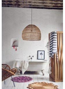 Des éléments artisanaux donnent à cette salle de bain un côté Lounge et relax - Vu sur Pinterest