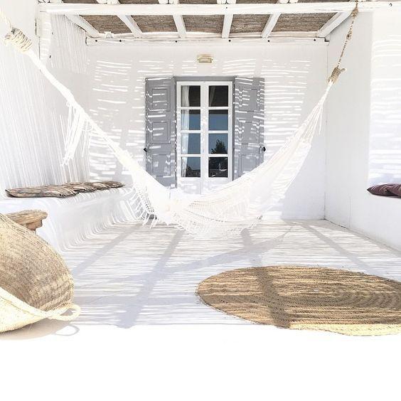 Intérieur ou extérieur, aux tons blancs ou naturels, cela suffit pour créer une déco estivale et bohème!  - vu sur Pinterest