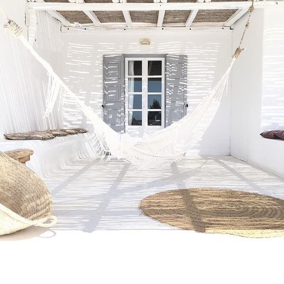 White and naturel tones are all you need to create a bohemian summer setting! - see at Pinterest