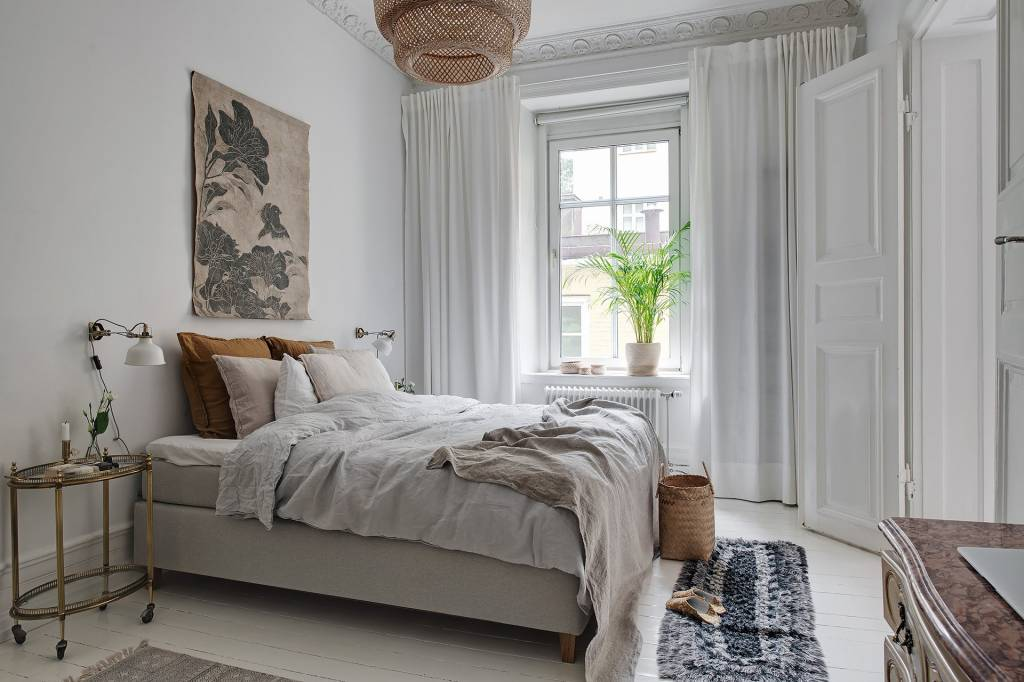 A beautiful contrast of styles in this elegant scandinavian bedroom