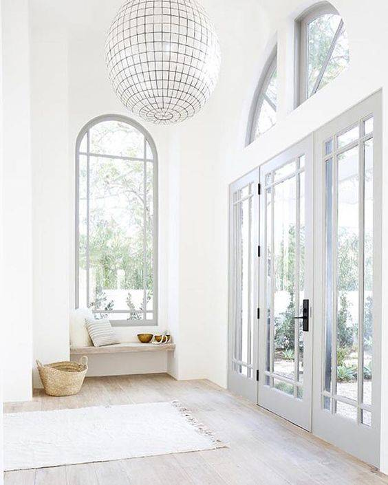 Add a Mediterranean touch to you home decor with grey doors and naturel accessoires - Vu Pinterest