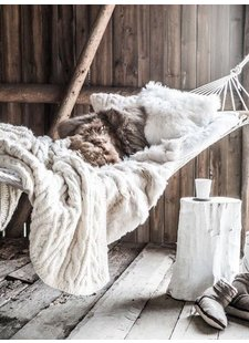 Creating a cosy hygge atmosphere with brown color tones and whites - Seen at pinterest