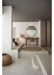 Une décoration de chambre à coucher oú les ombres et matériaux naturels créent une sérénité pure.