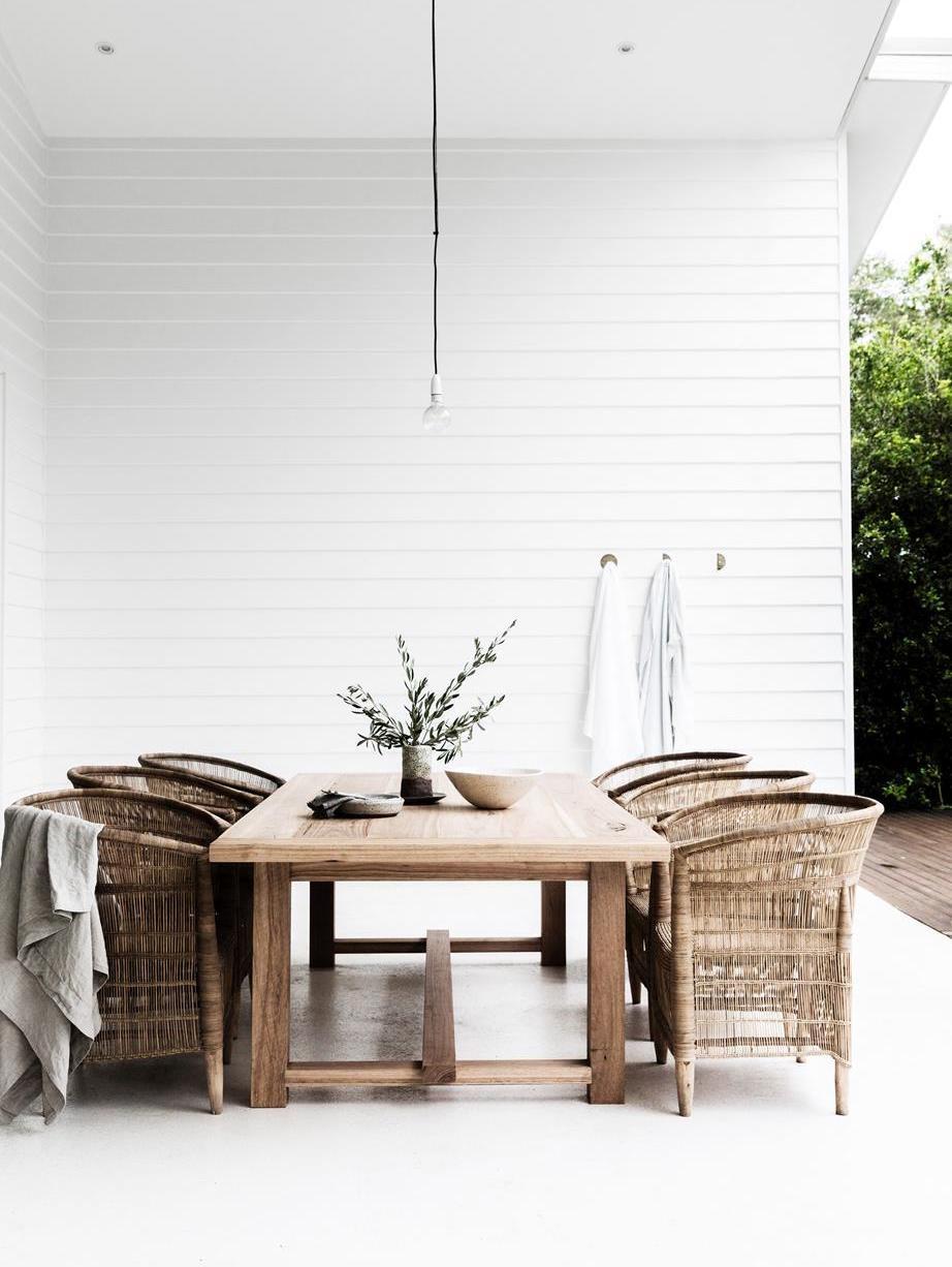 Un estilo minimalista al aire libre en Bayron Bay - visto en Home to Love blog