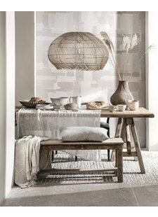 Muebles de madera cruda, combinados con hermosos textiles en tonos relajantes - visto en Pinterest