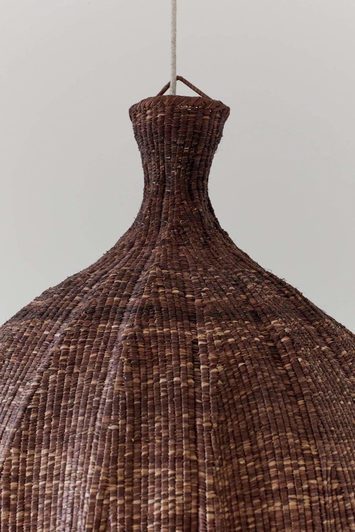 the dharma door  Lampe Suspension Tonga en fibres de palmier  - marron - Ø56-H65cm
