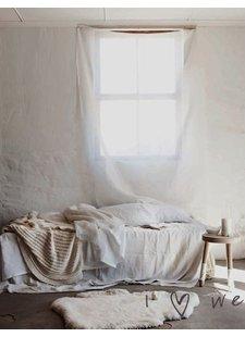 Scandinavian decor with white bedding - Seen on Pinterest