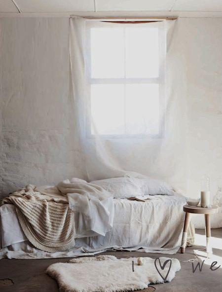 Atmosphère sereine tout en blanc, bois et en textile doux - vu sur Pinterest