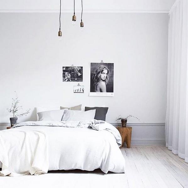 Una habitación decorada en perfecta armonía entre el gris y los tonos naturales- visto en Instagram