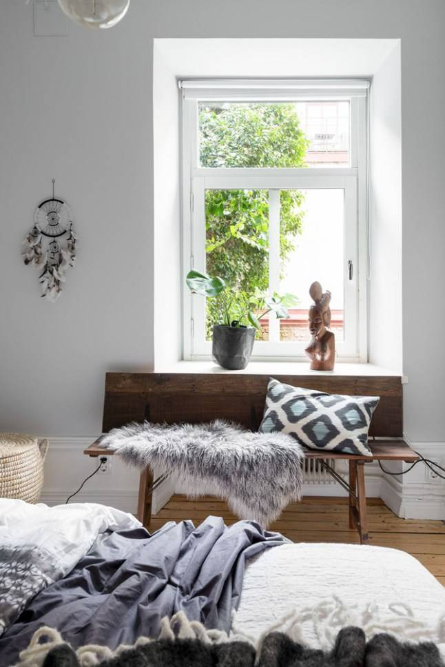 A Swedisch photographers appartment dominated by soft grey color tones, wood and Scandinavian cushions & plaids - Seen on planetedeco.fr