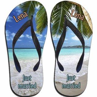 Slippers Just married met initialen van het bruidspaar en strand achtergrond