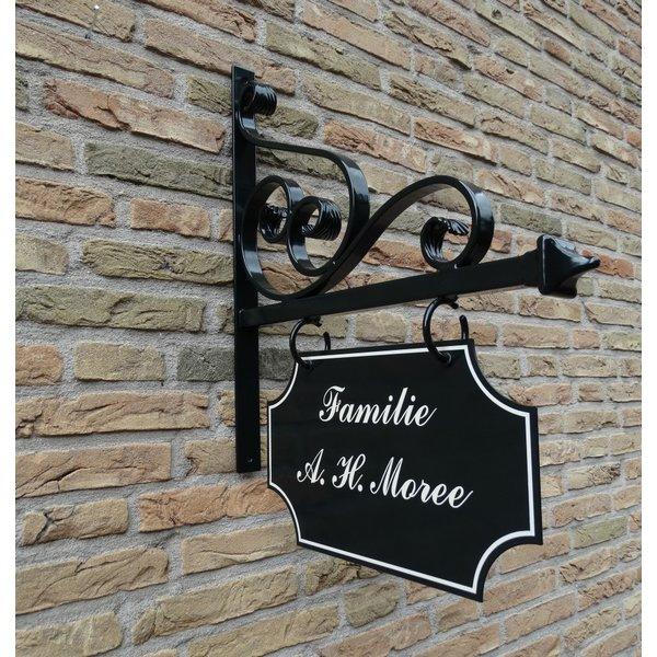Model Den Haag. Uithangbord met dubbelzijdige belettering, handgeschilderd.