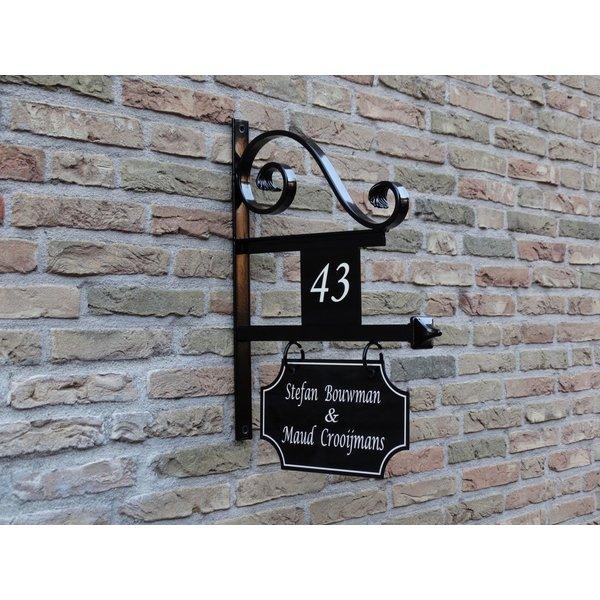 Model Utrecht. Uithangbord met dubbelzijdige belettering en huisnummer, handgeschilderd.