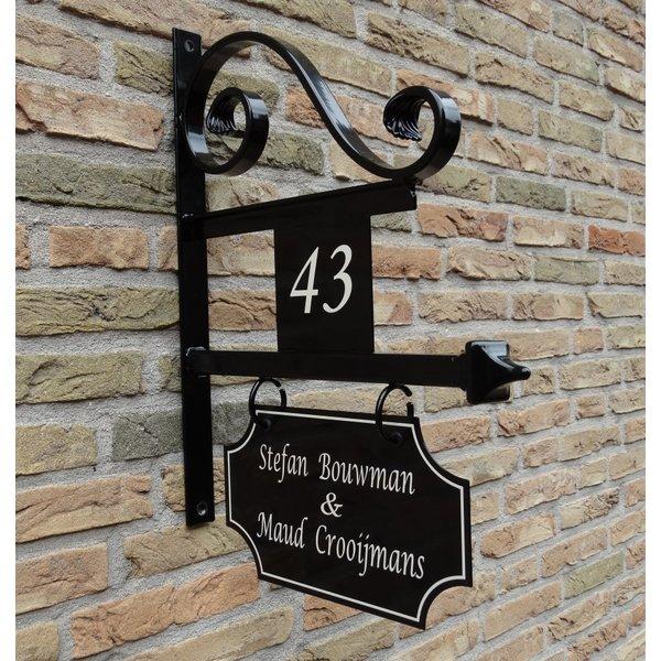 Model Utrecht Groot. Uithangbord met dubbelzijdige belettering en huisnummer, handgeschilderd.