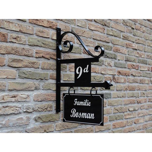 Uithangbord met dubbelzijdige belettering en huisnummer, handgeschilderd.