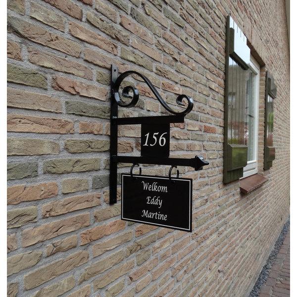 Model Rotterdam Groot. Uithangbord met dubbelzijdige belettering en huisnummer, handgeschilderd.