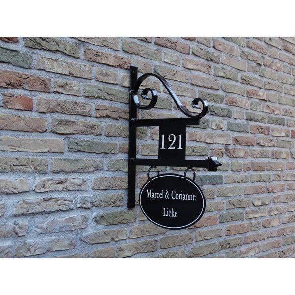 Model Amsterdam. Uithangbord met dubbelzijdige belettering en huisnummer, handgeschilderd.