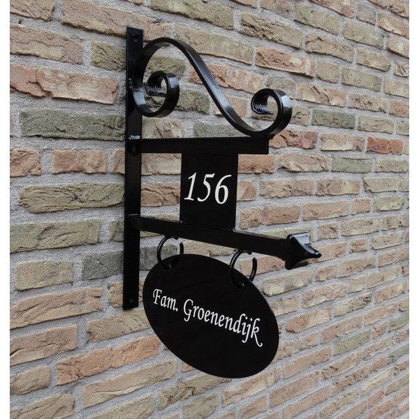 Model Amsterdam Groot. Uithangbord met dubbelzijdige belettering en huisnummer, handgeschilderd.