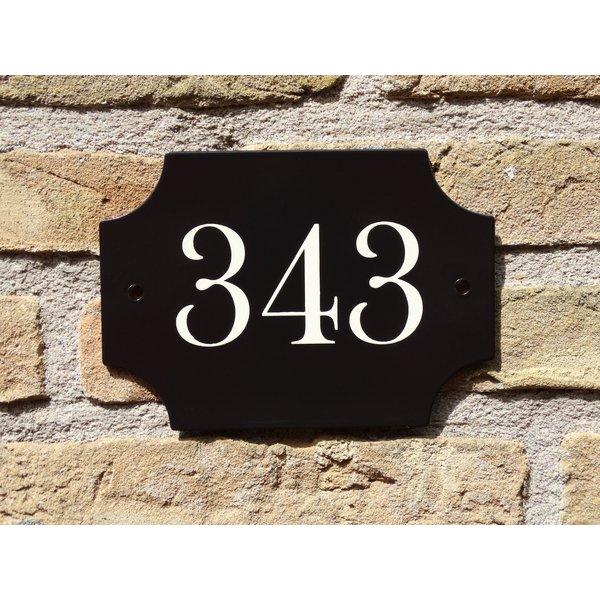 Huisnummerbord handgeschilderd.