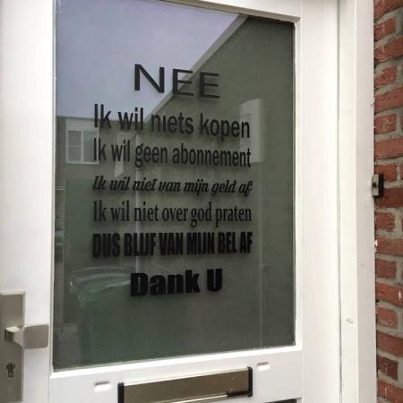 Een sticker op de voordeur brengt duidelijkheid