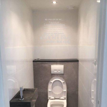 Muursticker bij ons op de wc