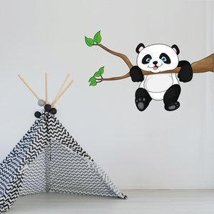 Muursticker Pandabeer hangend aan tak