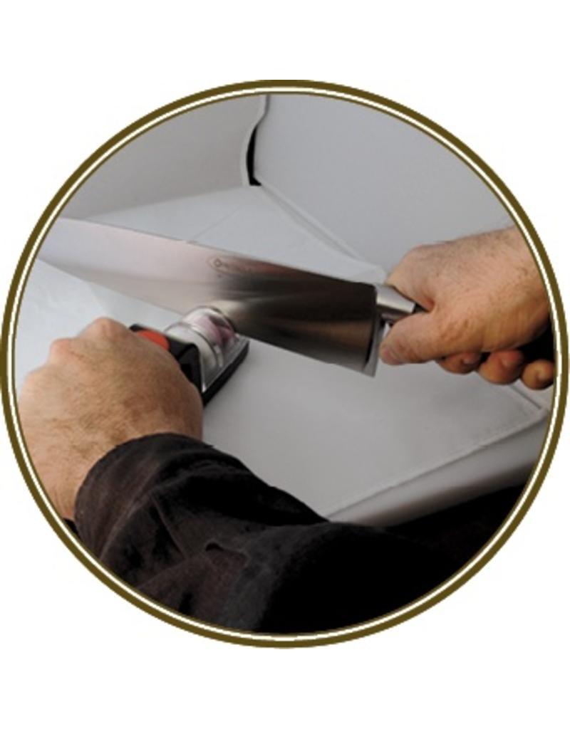 Messenscherper op werkblad