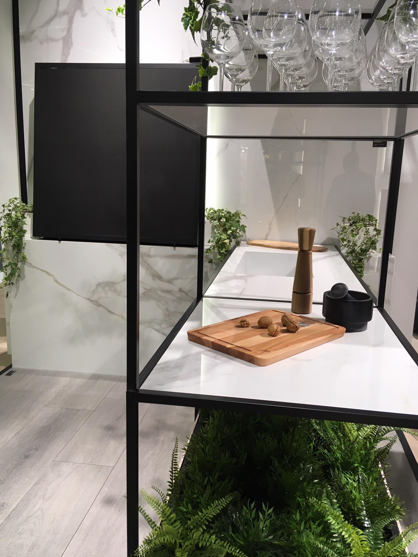 Dunkel graue Bodenfliesen Holzoptik auf Messe in Italien