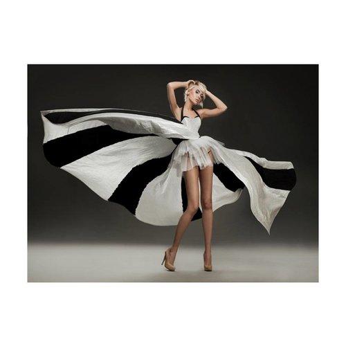 Fotobehang - Model in prachtige  jurk ,zwart wit