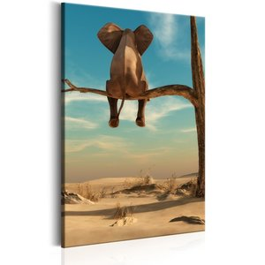 Schilderij - Olifant uitrustend op een tak in de woestijn.