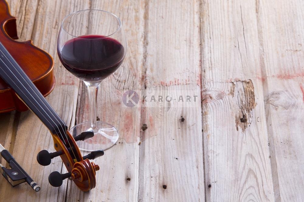 Afbeelding op acrylglas - Rode wijn en viool, op canvas