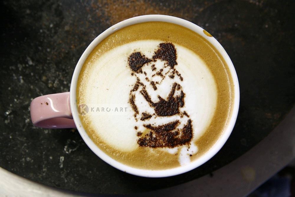 Afbeelding op acrylglas - Banksy, Kussende agenten, Latte Art