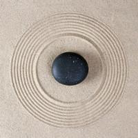 Karo-art Schilderij - Zen steen in het zand, inspiratie , beige Zwart , 3 maten , Premium Print