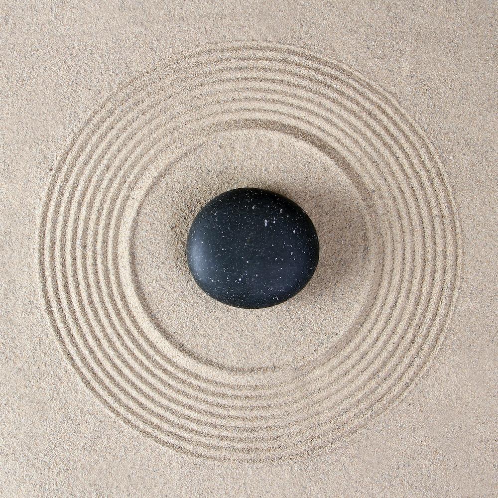 Schilderij - Zen steen in het zand, inspiratie