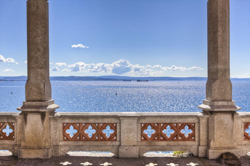 Schilderij - Uitzicht op zee oud balkon, 2 maten, Premium print