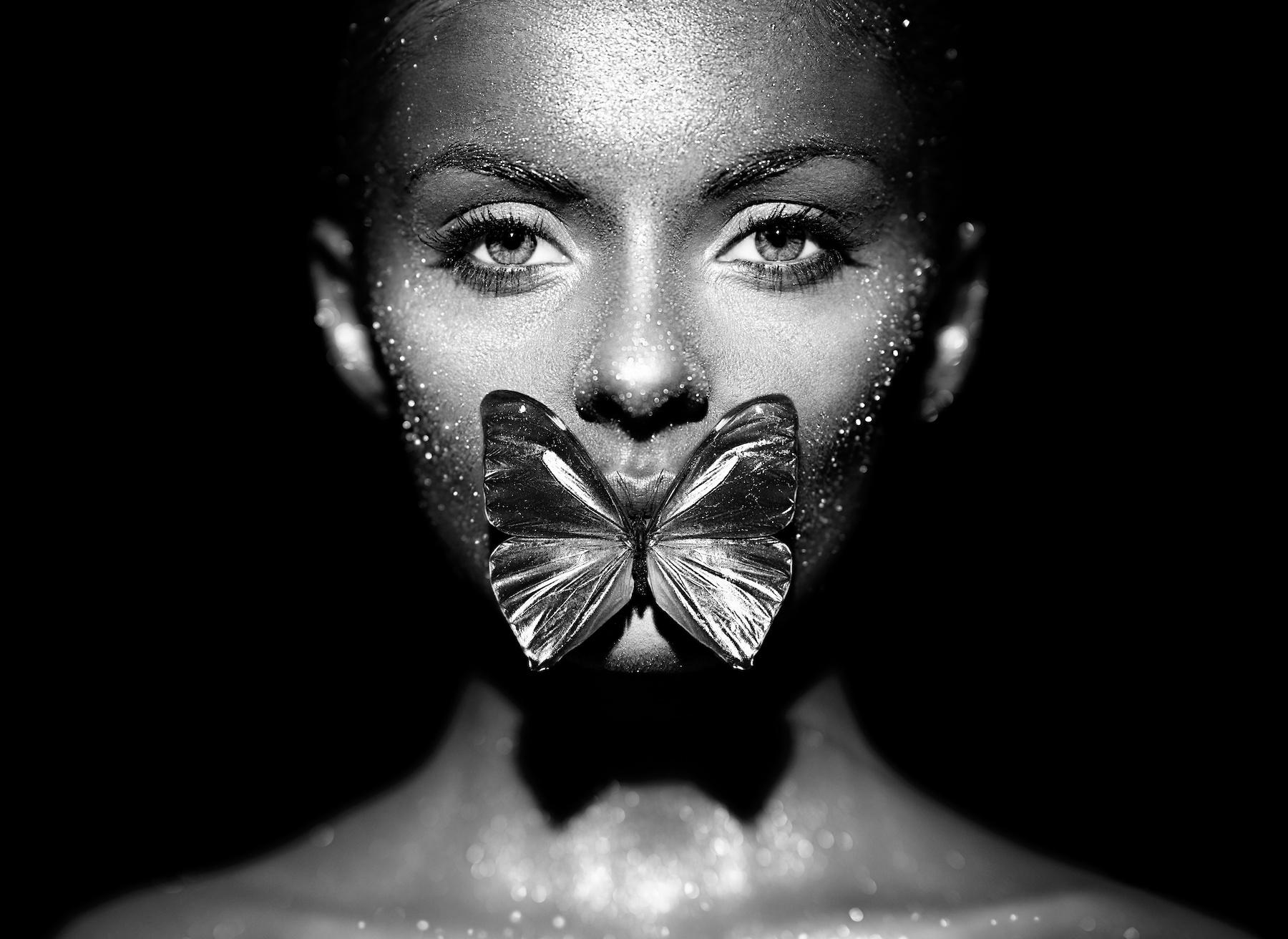 Schilderij - Vrouw en Vlinder in zwart/wit, 2 maten, premium print