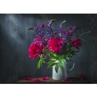 Karo-art Schilderij -Klassiek stilleven met mooi paars pioen en lubesoin bloemen boeket in witte kruik. 100x70cm.