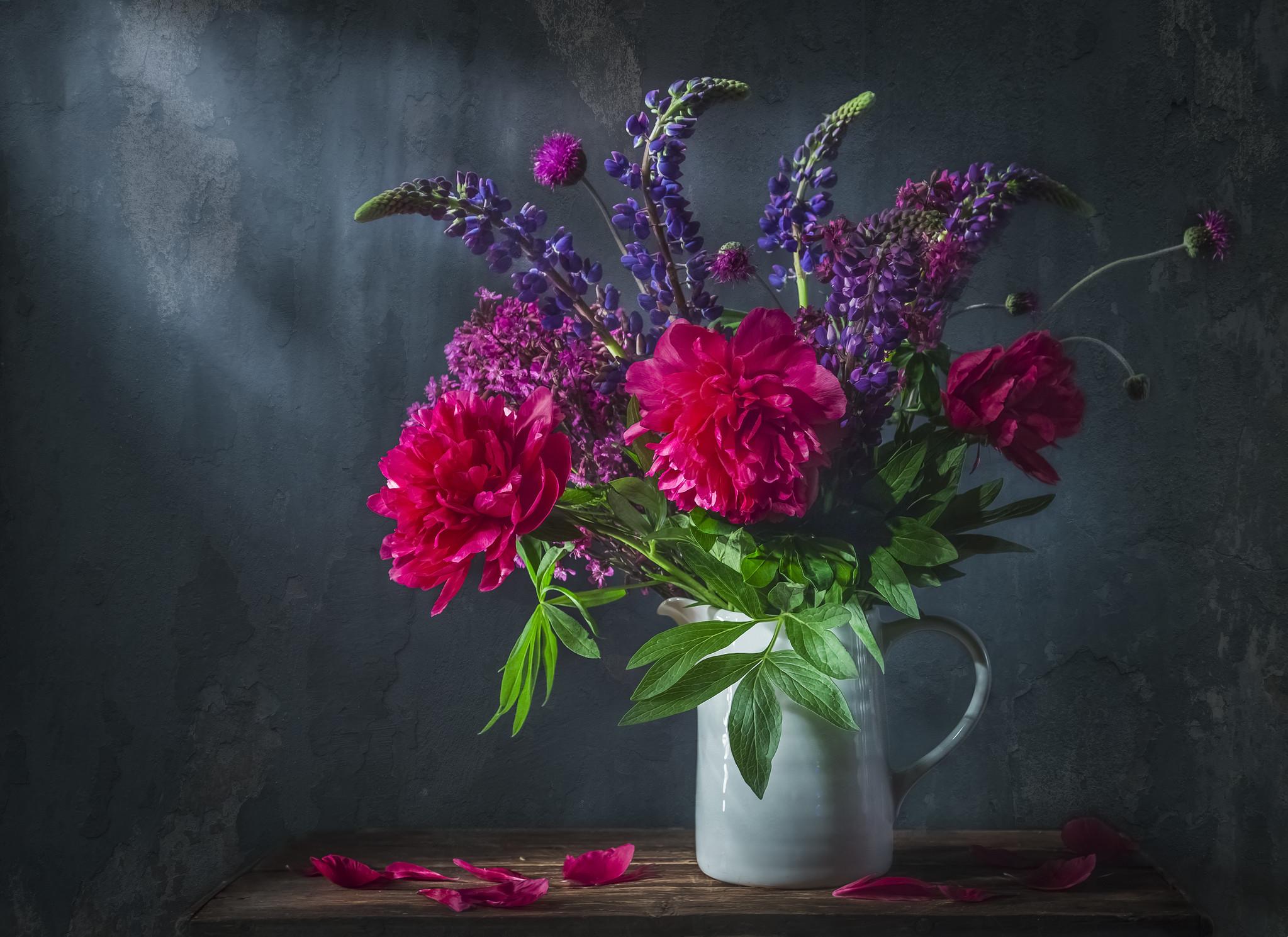Schilderij -Klassiek stilleven met mooi paars pioen en lubesoin bloemen boeket in witte kruik. 100x70cm. -  1 luik